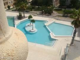 het zwembad vanaf ons balkon gezien
