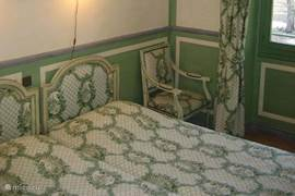In de slaapkamer die ruim van opzet is staan twee éénpersoons bedden. Eventueel kan er een derde bed bijgeplaatst worden