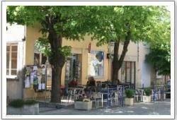 Le café des Tilleuls Kranten, tijdschriften, boeken en veel kaarten en infromatie over Montbrun les Bains en wijde omgeving. Voor het pand is een terras en aan de achterzijde is een muziekcafé waar (met regelmaat) 's avonds optredens zijn van artiesten en bands.