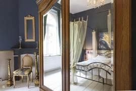 Slaapkamer 1 met 1 x 2-persoonbed, kledingkast en badkamer en suite.
