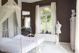 Slaapkamer 2 met 2 x 1-persoonsbed, kast, wastafel en openslaande deuren naar terras en deur naar badkamer 2.