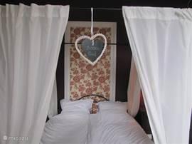 Slaapkamer 3 met 1 x 2-persoonbed, kast,wastafel en openslaande deuren naar terras en doorgang naar erker met kinderledikantje.