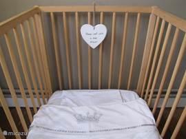 Babyledikantje in erker bij slaapkamer 7.