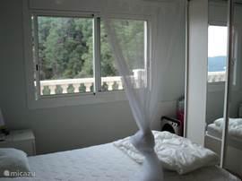 1 van de slaapkamers, schuifraam en elec. rolluik.