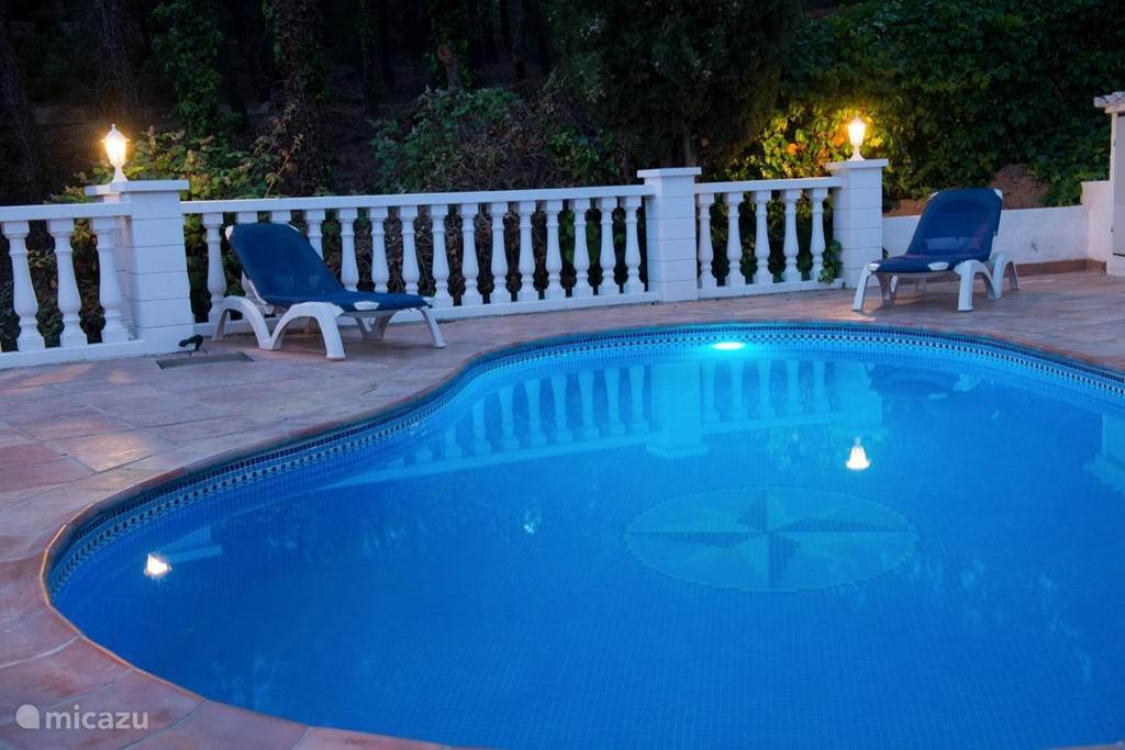 zwembad met diverse kleuren ledverlichting.