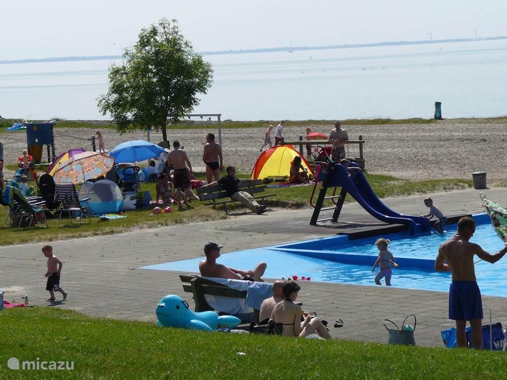 Een populaire locatie voor strandliefhebbers en surfers is het aan het IJsselmeer gelegen dagrecreatieterrein De Hege Gerzen. Behalve een mooi op het zuiden georiënteerd zandstrand vindt men er een kinderzwembad, speeltoestellen, een prachtige midgetgolfbaan en een strandpaviljoen met een prachtig u