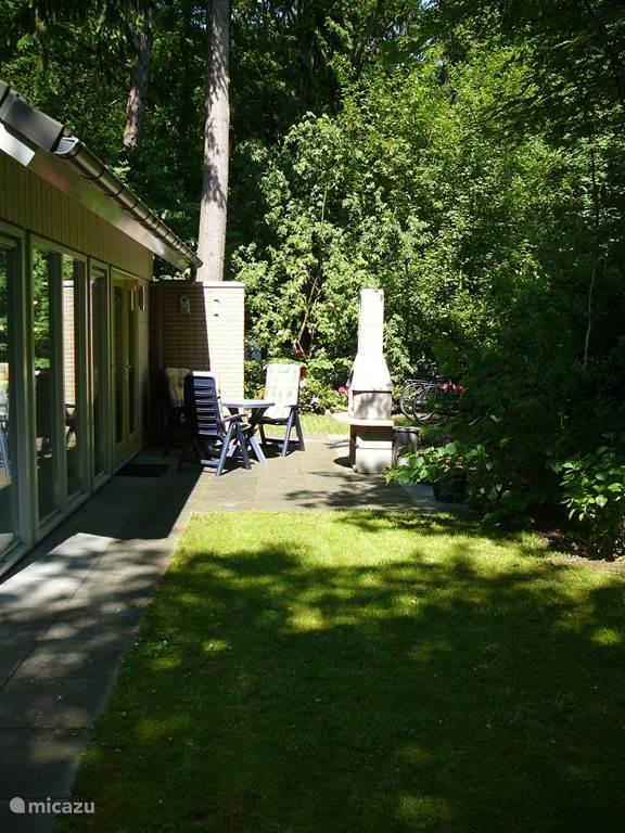 Het tweede terras voorzien van barbecue/buitenhaard