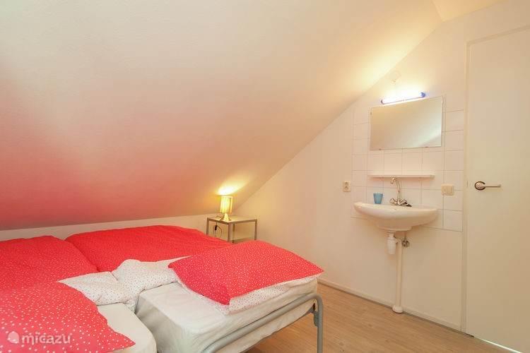 Alle drie de slaapkamers boven zijn voorzien van ruime kasten en wastafel.