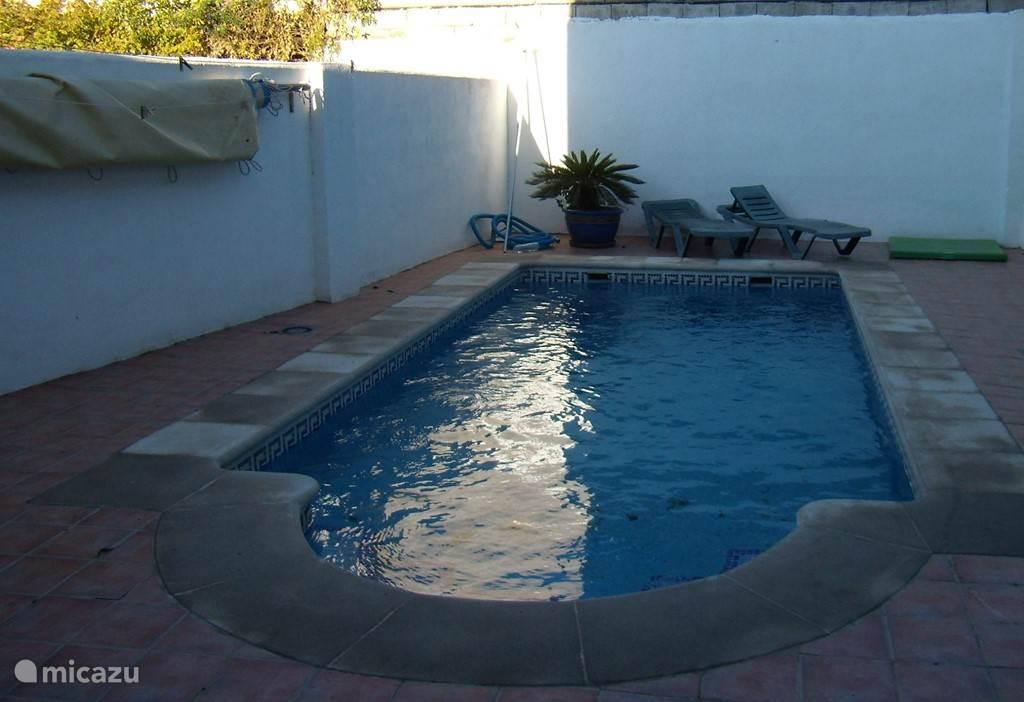 ruim verwarmd zwembad, nu te gebruiken van April tot Oktober!