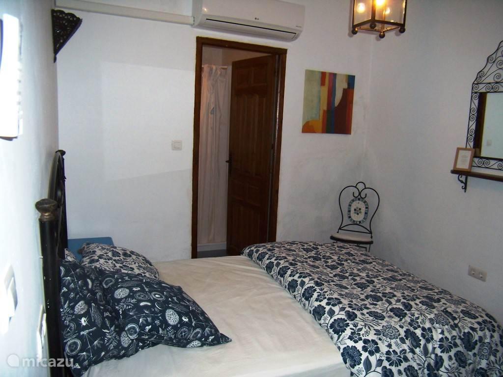 blauwe slaapkamer met ensuite douche en toilet, met airco!