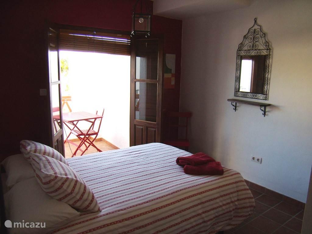Rode slaapkamer met eigen balkonnetje en zitje, met airco!