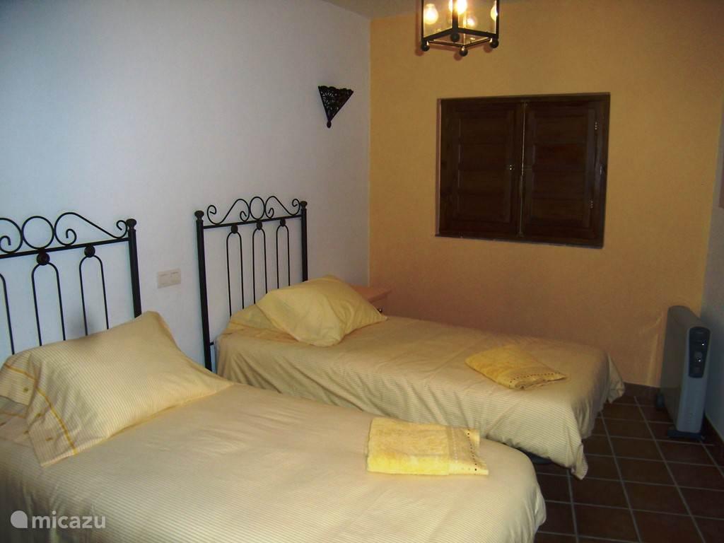 gele slaapkamer met 2 eenpersoons bedden en airco!