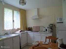 De ruime keuken grenst aan de woonkamer en is voorzien van bijna alle denkbare gemakken. De eettafel kan eventueel worden aangeschoven in de woon/eetkamer.
