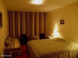Slaapkamer 2 voor twee personen en voorzien van een extra kinderbed.