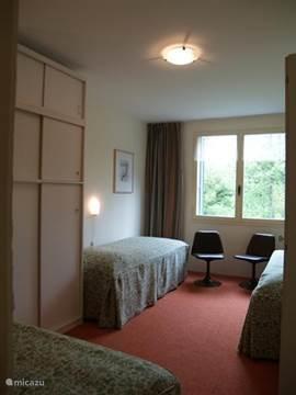 Slaapkamer 3 met drie bedden, waarvan er 2 tegen elkaar geplaatst kunnen worden.