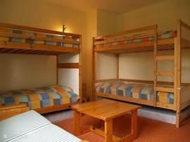 Slaapkamer 4 met twee stapelbedden.