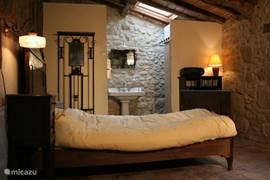 Bed en linnenkast behoorden de oude heer Calvez, de laatste Franse eigenaar, toe. Het bed hebben we door de plaatselijke timmerman laten verlengen (140 x 200).