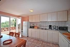 Ruime open keuken met direct toegang naar het balkon. Ziet u zichzelf al ontbijten op het balkon? De keuken is voorzien van o.a. een vaatwasser en magnetron.