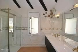 De allermodernste inloopdouch, met massage en water van zowel boven als uit de muur, 1.80 x 3 m.