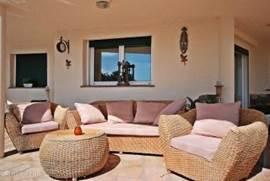 Bella Roma beschikt over een heerlijk terras op het zuiden met loungeset. Ideaal om te genieten van het weer en het prachtige uitzicht.