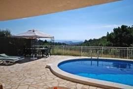 Een vakantiehuis met een eigen zwembad voor het echte vakantiegevoel. Ziet u uzelf al liggen aan het zwembad?