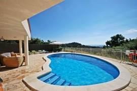 Privé zwembad van 32m2. Lekker om even af te koelen.