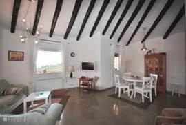 Moderne woonkamer met seperate eet keuken. Woonkamer is voorzien van een grote hoekbank, flatscreen en dvd/cdspeler.