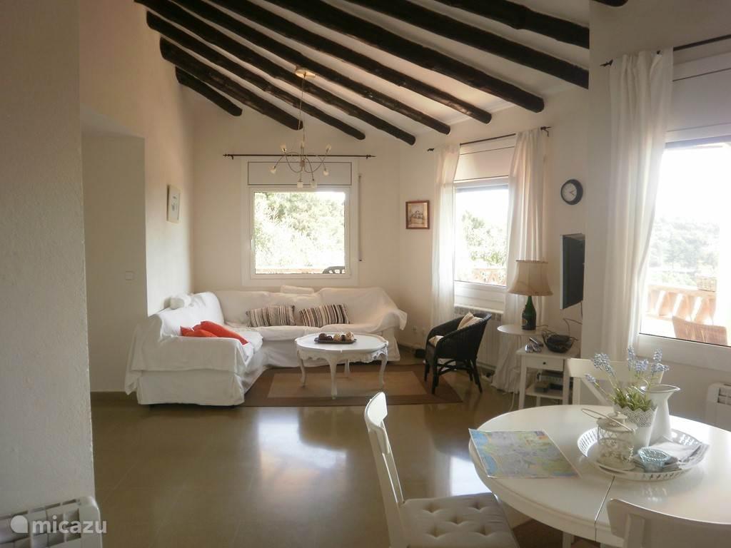 Ruime woonkamer met nieuwe meubels
