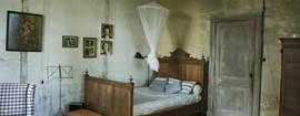 De eerste slaapkamer kan ook als tweede woonkamer benut worden. Er is een moderne houtkachel met zitje en bureautje.
