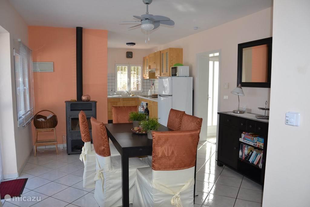 De woonkamer op de bovenverdieping met zicht op de keuken