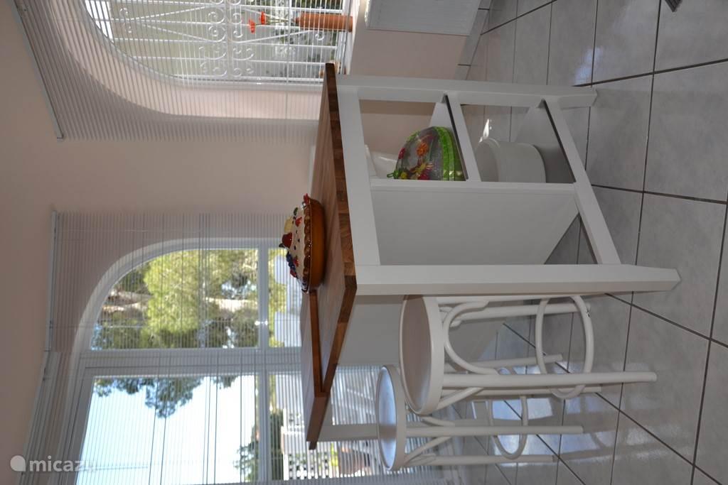 Keukeneiland in de keuken, met openslaande deuren naar het terras op de bovenverdiepen