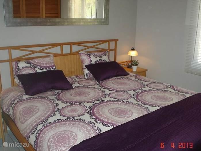 Slaapkamer met dubbelbed op de bovenverdieping met uitzicht op de bergen.