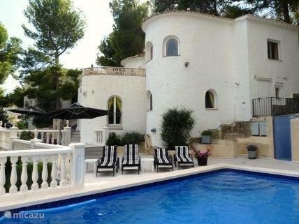 De villa heeft 2 verdiepingen en een privé zwembad.