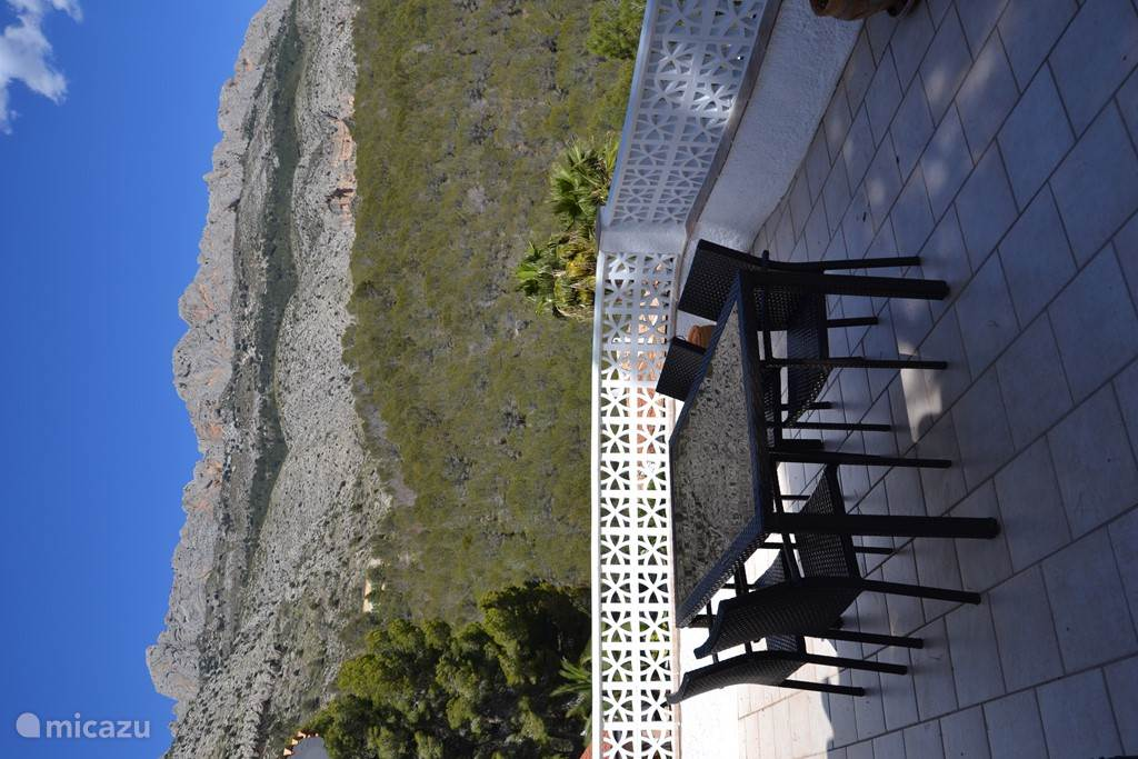 Het terras op de bovenverdieping, met prachtig uitzicht op de Sierra de Bernia