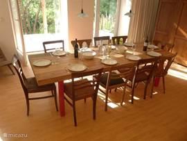 Ruime sfeervolle eetkamer met  2.70m lange tafel geschikt voor 12 personen. Grote servieskast.
