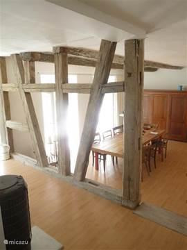 Blik in de eetkamer met openslaande deuren naar een groot terras