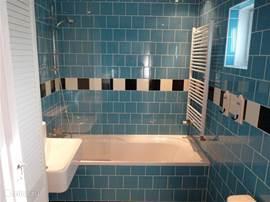 De badkamer is voorzien van een duobad/douche.