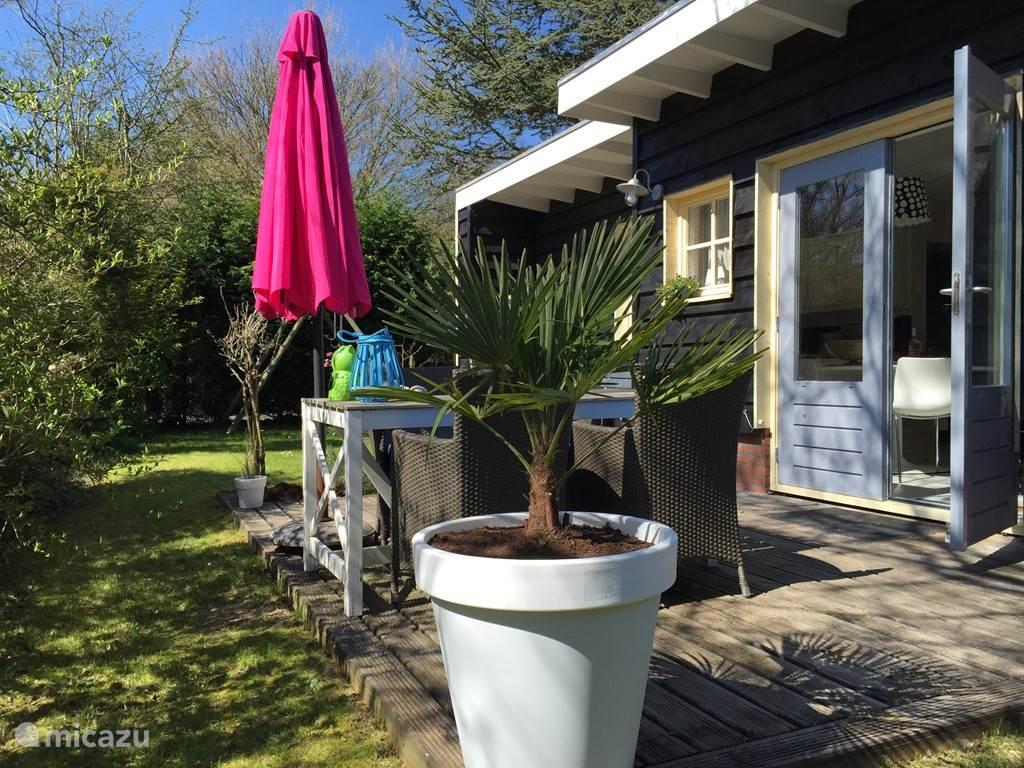 Mooie vrijstaande vakantiebungalow met hout terras op het zuiden. Tuin biedt veel privacy en is omringd met bomen.