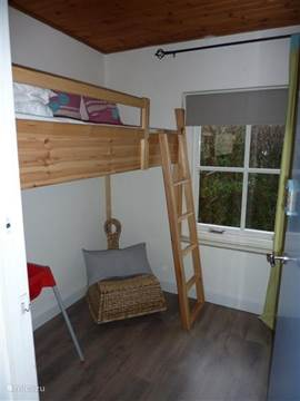 3e slaapkamer met een hoogslaper en daaronder eventueel plaats voor een campingbedje.