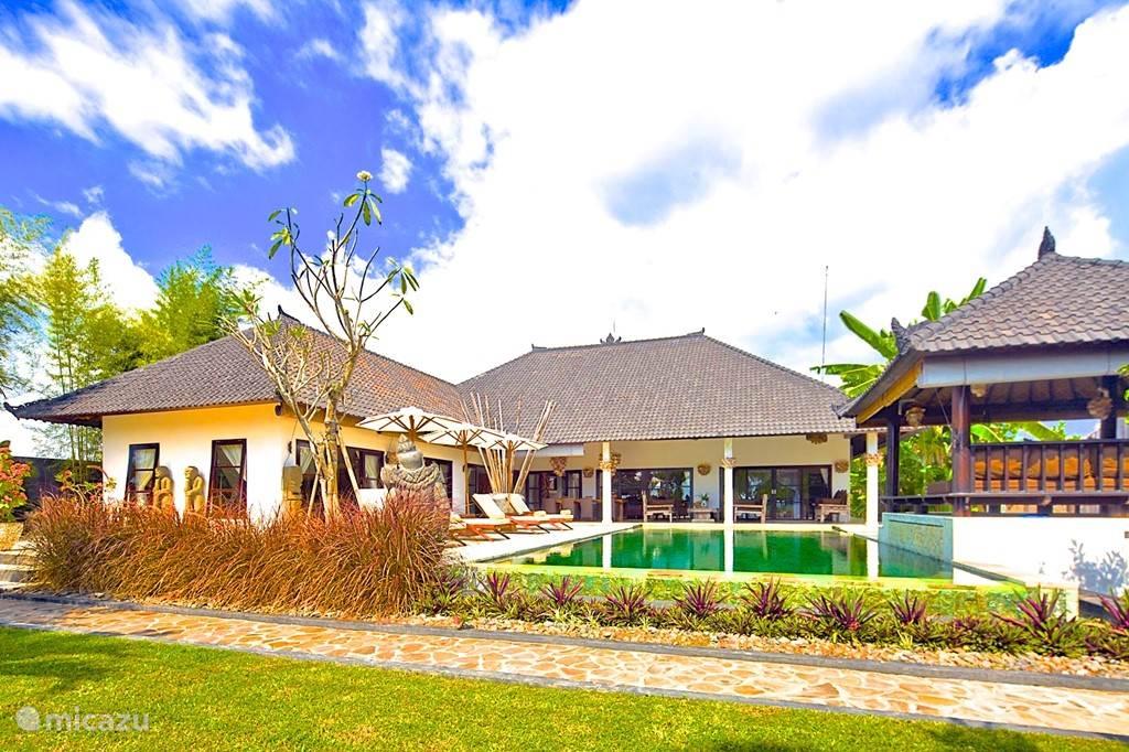 Villa Nujum direct aan zee met personeel