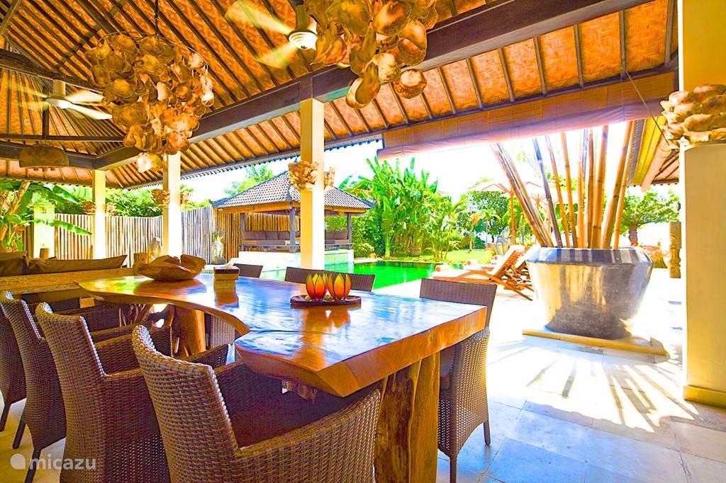 uitzicht vanaf de eettafel over zwembad