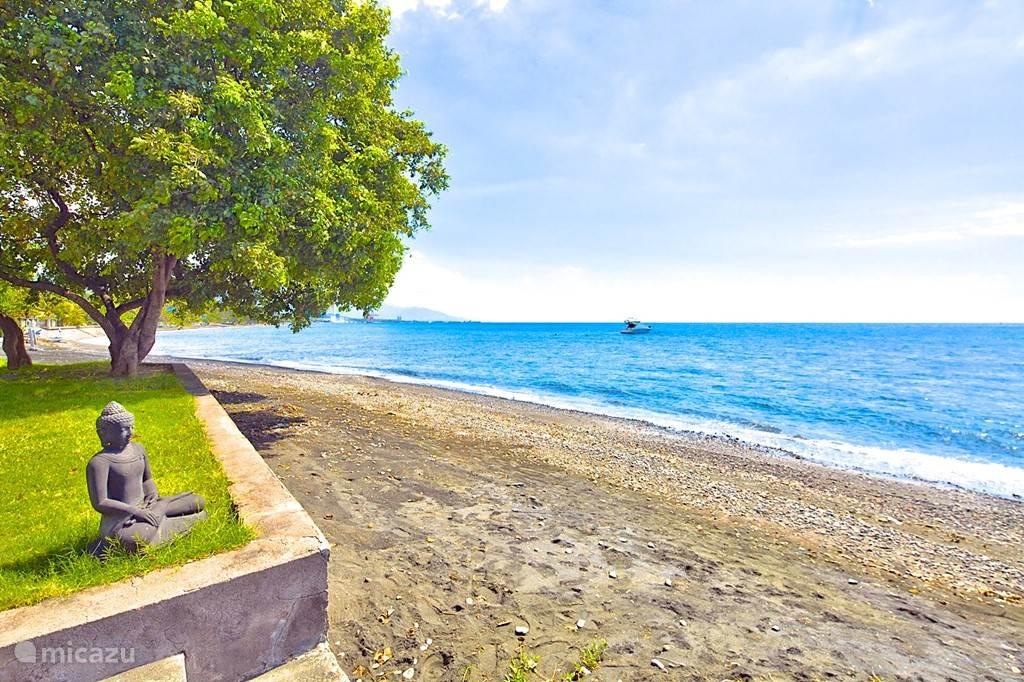 uw tuin grenst direct aan zee