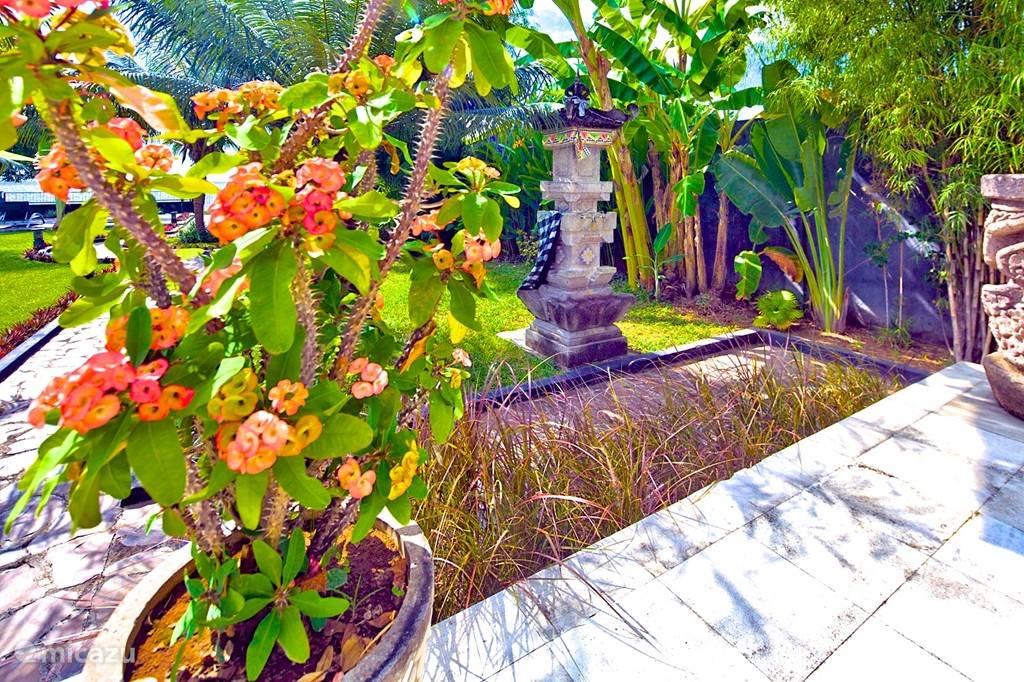 De villa heeft 2 tempeltjes waar ons personeel bloemen en wierook brengt