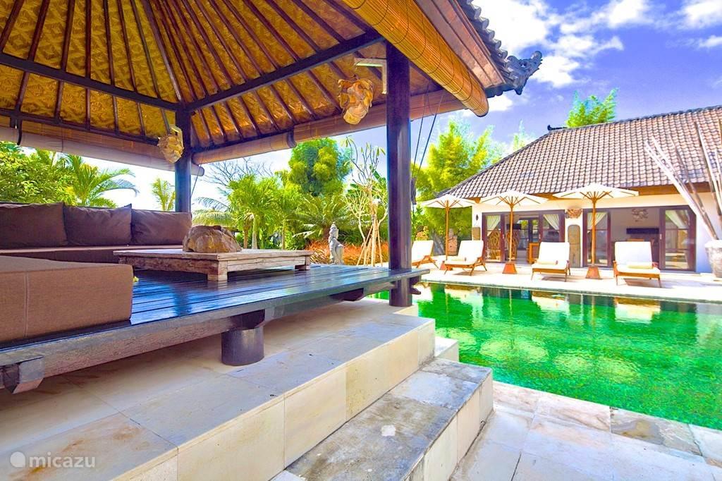 Lounge plek aan het zwembad
