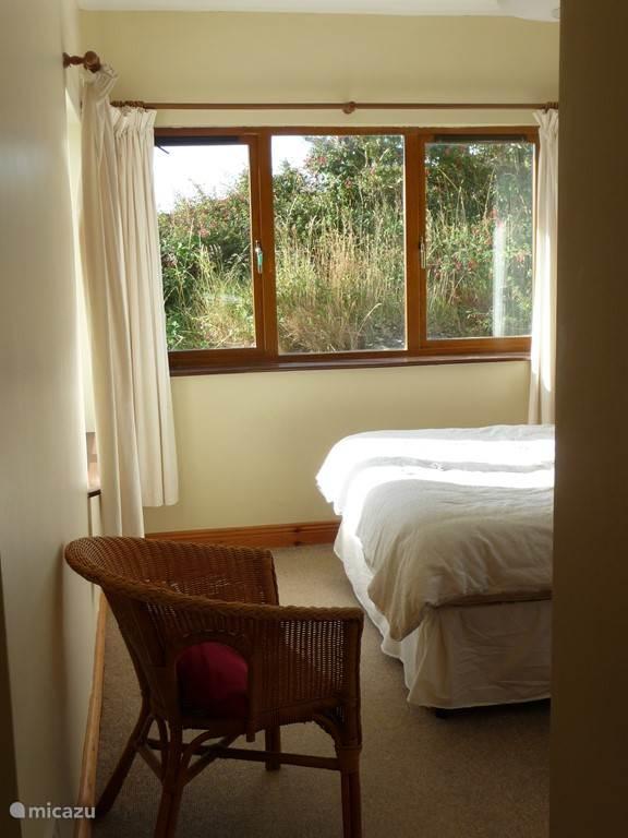 zicht op de slaapkamer (met badkamer en suite) op de begane grond.