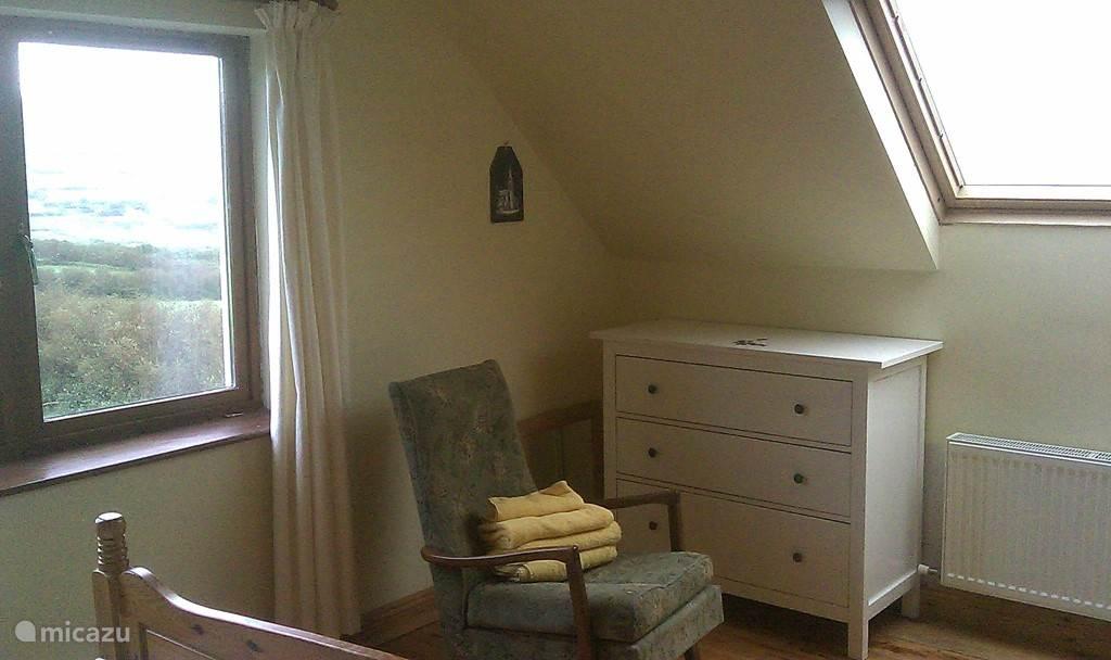 deze foto laat een andere deel van de grote (zeer lichte) slaapkamer boven zien
