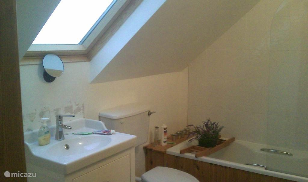 de badkamer boven (die grenst aan de grote slaapkamer); zeer licht en voorzien van zowel douche als badkuip.