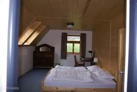 Ruime lichte slaapkamers met een mooi uitzicht op de tuin en omgeving.