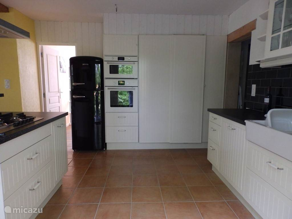 Koelkast, microgolfoven, oven en voorraadkast