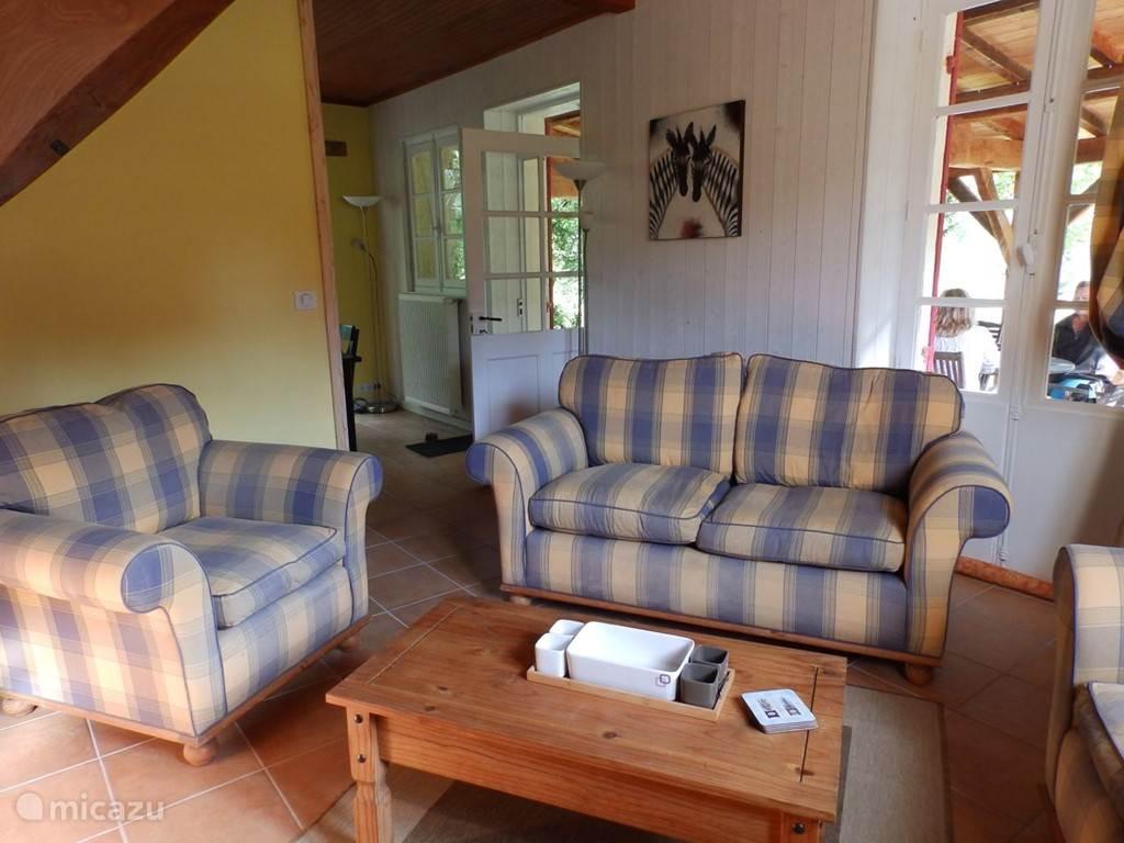 Het salon met opening naar de eetkamer en toegang tot de patio